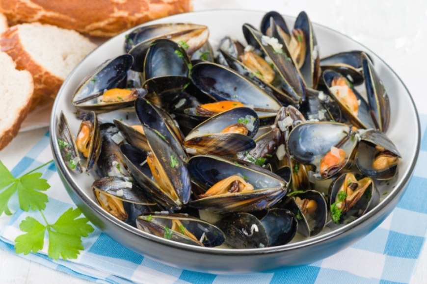 Eat mussels like a true parisian, an art!